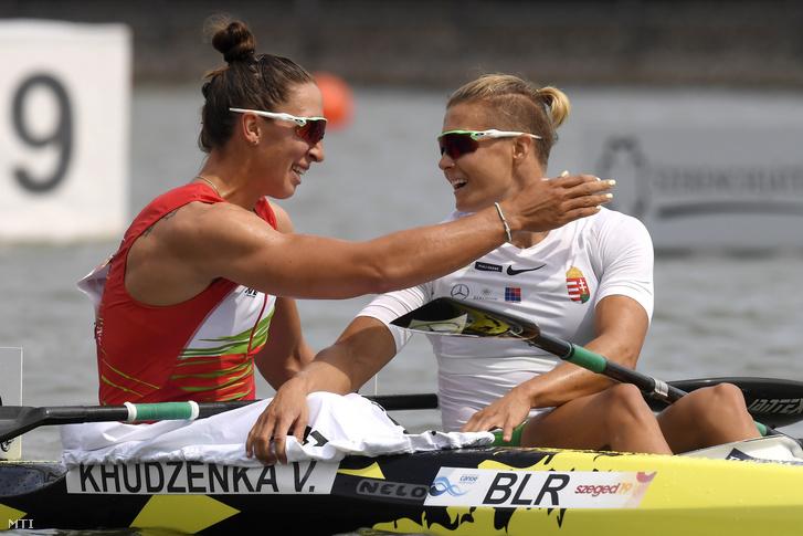 A második helyezett fehérorosz Volha Hudzenka (b) és a harmadik helyezett Kozák Danuta a női kajak egyesek 500 méteres versenyének döntőjében a szegedi kajak-kenu világbajnokságon 2019. augusztus 25-én.