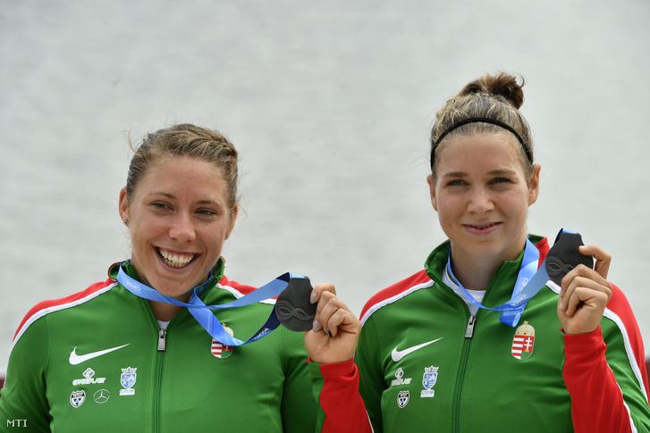 Az ezüstérmes Balla Virág (b) és Devecseriné Takács Kincső a női kenu párosok 500 méteres versenyének eredményhirdetésén a szegedi kajak-kenu világbajnokságon 2019. augusztus 25-én.