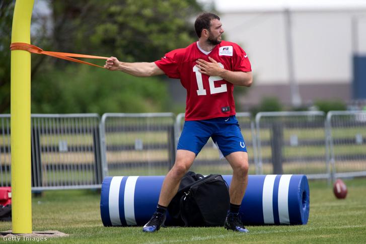 A 2019-es szezon előtti felkészülés során a csapattól külön edző Luck az Indianapolis Colts edzésén