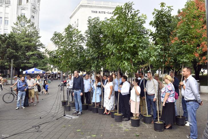 Karácsony Gergely közös ellenzéki főpolgármester-jelölt sajtótájékoztatót tart az ellenzéki kerületi polgármesterjelöltek társaságában a belvárosi Deák Ferenc téren 2019. augusztus 25-én.