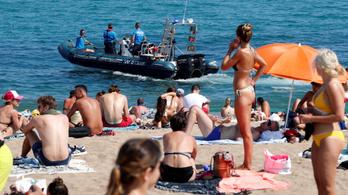 Kiürítettek egy strandot Barcelonában, mert robbanószerkezetet találtak a vízben