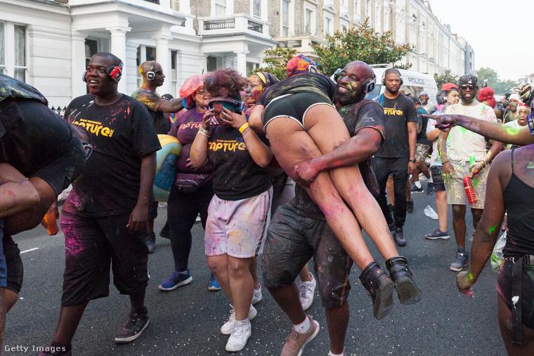 Bár karneválnak hívják ezt az utcabált, úgy alapvetően nem sok köze van a karneválhoz, azaz ahhoz az ünnephez, ami a keresztény hagyomány szerint a nagyböjti időt előzi meg, ezért februárra vagy márciusra szokott esni