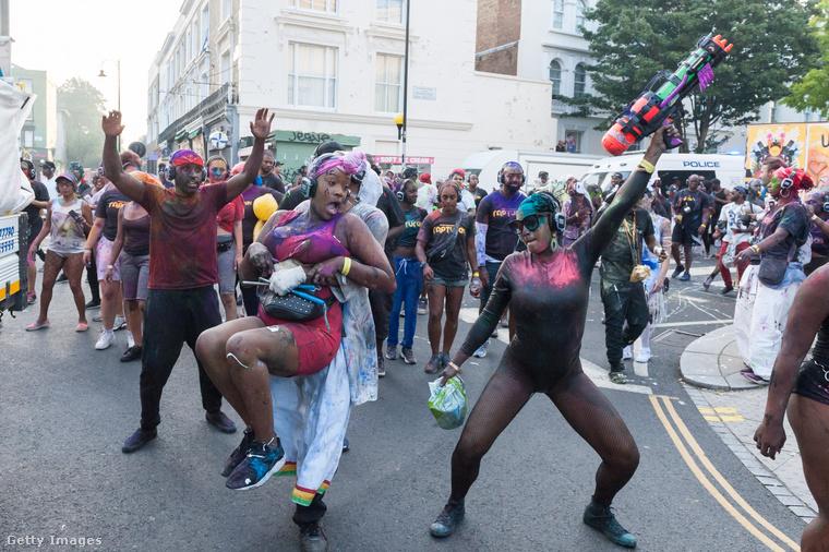 A holnapi nap szünnap Angliában, így aztán ez még csak a bemelegítés, a Notting Hill Carnival csúcspontja mindig a hétfő szokott lenni.