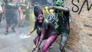 Lisztszórással és festékdobálással kezdődött meg az idei Notting Hill Carnival