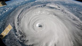 Trump többször is atombombával ment volna neki a hurrikánoknak