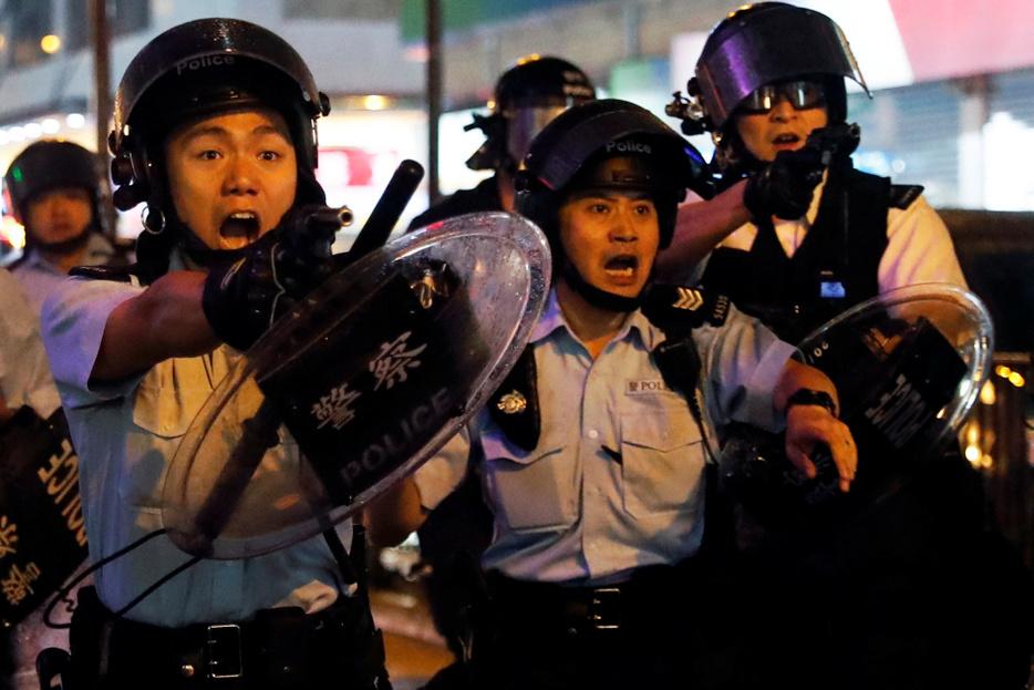 Elvadultak a tüntetések Hongkongban, fegyvert rántottak a rendőrök