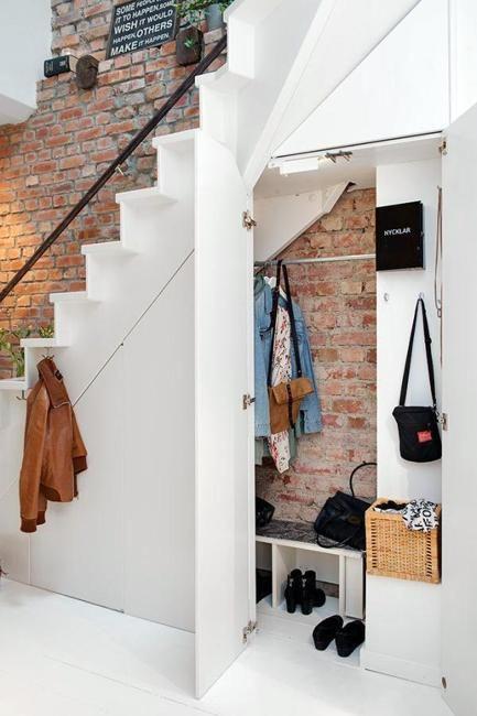 Ha egy kicsit magasabb a lépcső alatti hely, érdemes egy plusz szekrénykét betervezni oda. Cipők, kabátok, esernyők és táskák kaphatnak helyet benne, de remekül elrejtheted ebben a takarítószereket vagy a felmosómopot is.