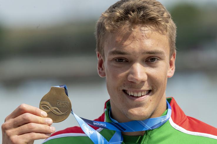 Az aranyérmes Kopasz Bálint a férfi kajak egyesek 1000 méteres versenyének eredményhirdetésén