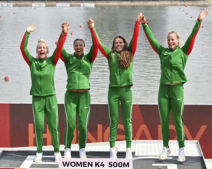 Az aranyérmes Gazsó Alida Dóra Csipes Tamara Medveczky Erika és Bodonyi Dóra (b-j) a nõi kajak négyesek 500 méteres versenyének eredményhirdetésén