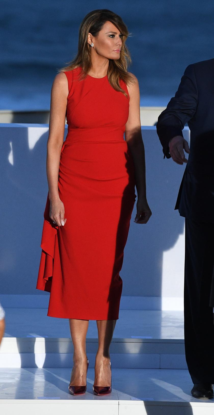 Melania Trump igazán csinos és elegáns volt tűzpirosban. Ez az Alexander McQueen-kreáció 2375 dollárba, azaz átszámítva 700 ezer forintba került.