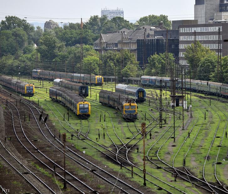 Szerelvények a Nyugati pályaudvar vonatrendezői részén