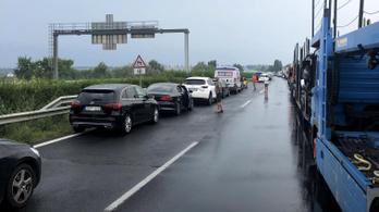 Katonai konvoj ütközött Székesfehérvárnál, lezárták az M7-es autópályát