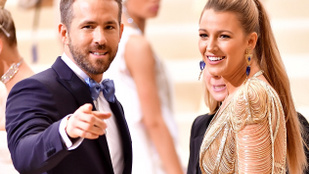 Ryan Reynolds megint hozta a formáját, és egy csokor gázos képpel köszöntötte fel a nejét