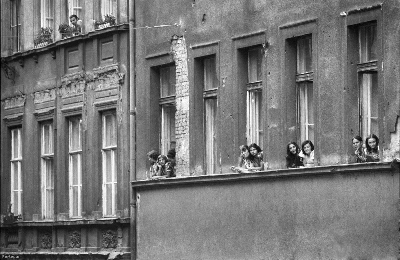 """1980-ban, abban az időszakban, amiben ezek a felvételek készültek, Budapesten 563 munkásszállón mintegy 60 ezer ember élt, tíz év múlva 323 helyen 33 ezren. De a munkásszállók nem szűntek meg, sőt megjelentek a hajléktalanszállók. 2005. január 25-én a                         Népszabadság arról adott hírt, hogy """"háromszázötven személy befogadására alkalmas átmeneti és munkásszállót adott át a főpolgármester a XI. kerületben"""". Igaz, egy megszólaltatott szakember szerint a mai ingázás egyirányú: """"Feljönnek lecsúszni."""""""
