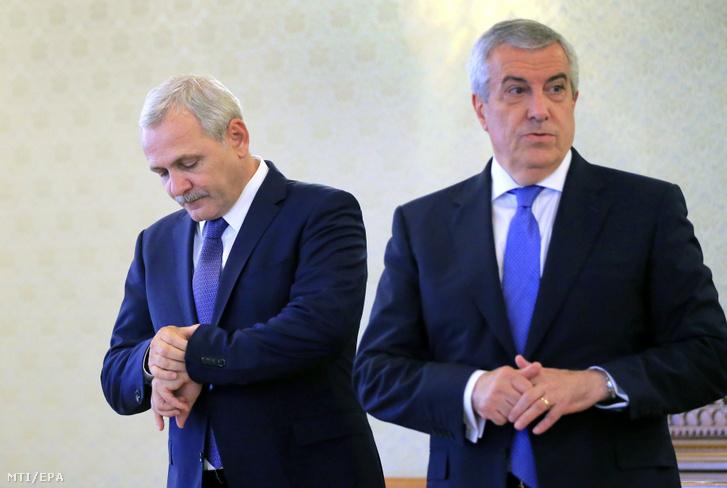 Liviu Dragnea, a kormányzó Szociáldemokrata Párt, a PSD elnöke (b) és Calin Popescu Tariceanu, a kisebbik koalíciós partner, a Liberálisok és Demokraták Szövetsége, az ALDE párt elnöke Klaus Iohannis román elnökre vár a bukaresti államfői rezidencián, a Cotroceni-palotában 2017. június 26-án, miután a PSD és az ALDE Mihai Tudose szociáldemokrata gazdasági minisztert jelölte miniszterelnöknek.