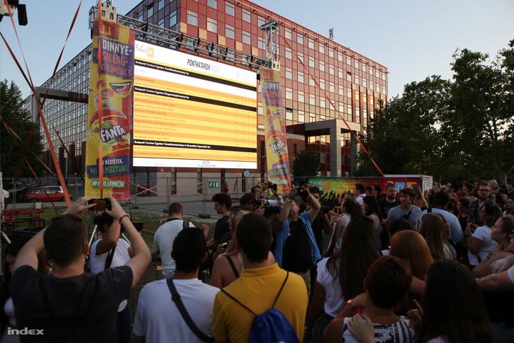 A Pont Ott Party résztvevői a felsőoktatási ponthatárok bejelentésén Budapesten, az ELTE Lágymányosi Campusán 2019. július 24-én.
