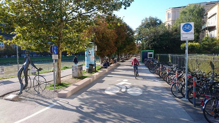 Kerékpáros utca az ausztriai Salzburgban