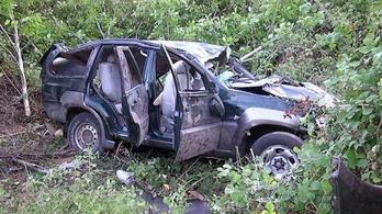 16 menekültet zsúfoltak az árokba boruló autóba, hatan meghaltak