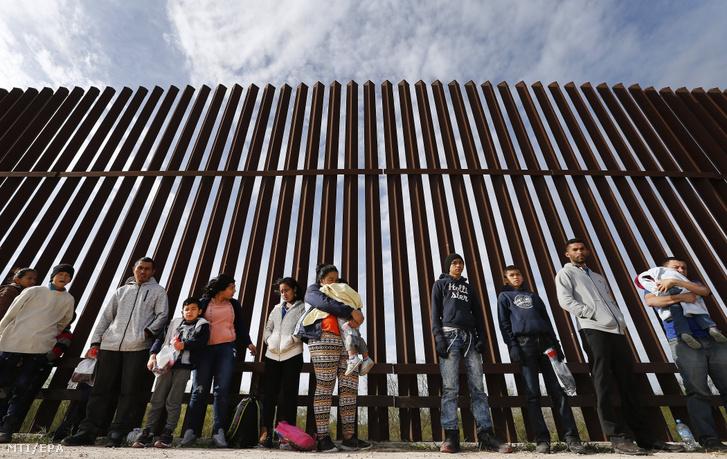 Közép-amerikai illegális határátlépők az amerikai-mexikói határkerítésnél