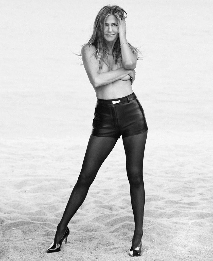 Nem meglepő, hogy Jennifer Aniston bátran mondott igent a fotózásra: ötvenévesen is tökéletes alakkal büszkélkedhet.