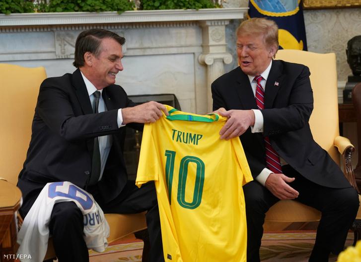 Jair Bolsonaro brazil elnök (b) egy 10-es számú, Trump feliratú brazil focimezt ajándékoz Donald Trump amerikai elnöknek a washingtoni Fehér Házban tartott találkozójukon 2019. március 19-én.