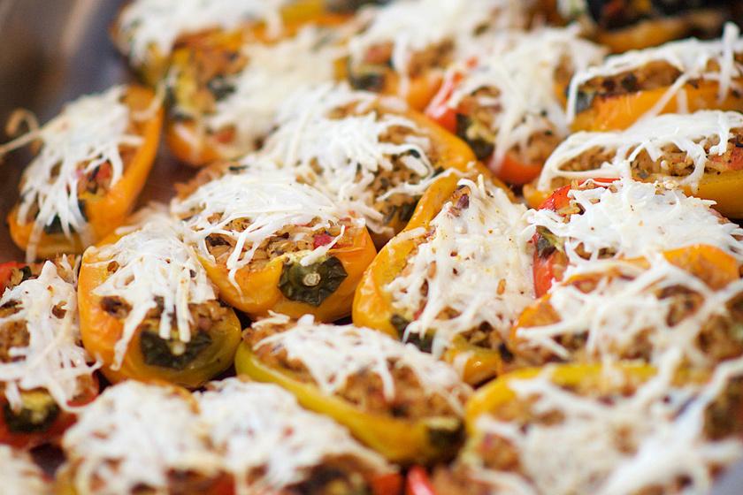 Fűszeres kuszkusszal és mozzarellával töltött paprika: könnyed fogás a sütőből