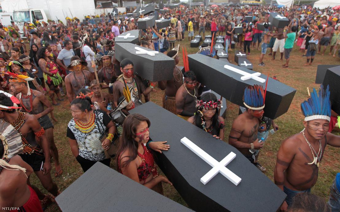 Őslakos indiánok jelképes koporsókkal tiltakoznak a törzsi területeiket veszélyeztető állattenyésztés és fakitermelés ellen a brazil kongresszus épületénél Brazíliavárosban 2017. április 25-én