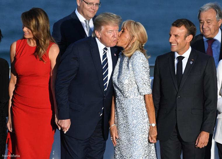 Brigitte Macron és Donald Trump üdvözlik egymást.