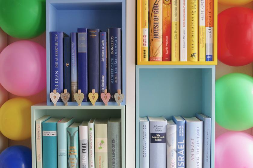 Így rendezd be a könyvespolcodat, és a nappalid éke lesz: gyönyörű és praktikus ötletek