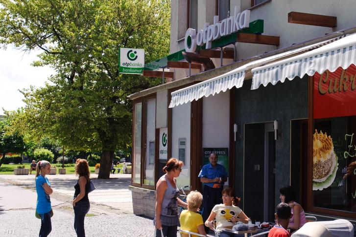 Járókelők a szlovákiai Fülek városközpontjában a Biskupická utcában. Középen az OTP Bank Nyrt. bankfiókja látható.