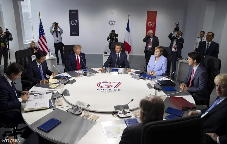 Tanácskoznak a világ hét legfejlettebb ipari országának (G7) vezetői a délnyugat–franciaországi Biarritzban 2019. augusztus 26-án, a G7-csoport csúcstalálkozójának zárónapján. Balról-jobbra: Giuseppe Conte olasz kormányfő, Abe Sindzó japán miniszterelnök, Donald Trump amerikai elnök, Emmanuel Macron francia elnök, Angela Merkel német kancellár, Justin Trudeau kanadai miniszterelnök és Boris Johnson brit miniszterelnök.