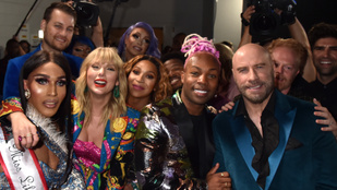 John Travolta nagyon csúnyán beégett a VMA-n: összekeverte Taylor Swiftet egy drag queennel