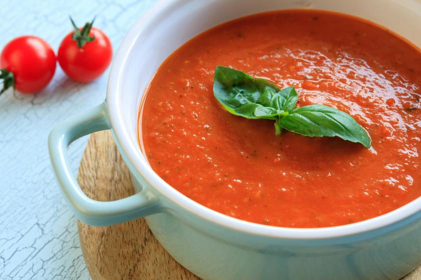 Bár a menzás, betűtésztás paradicsomleves is nagyon finom, érdemes kipróbálni több isteni változatot. Kánikulában a főzés nélküli levesek hódítanak, de sült paradicsomból is készíthetsz zamatos fogást. Zöldfűszerekkel pedig könnyen mediterrán ízvilágúvá teheted. Ez a leves hidegen és melegen is kitűnő.