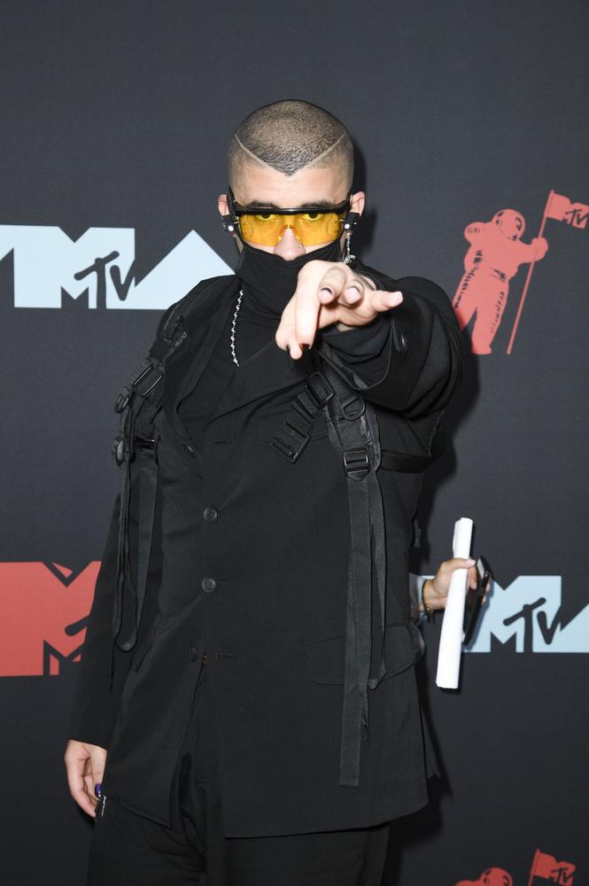 Az énekesnek védjegye a szemüveg, és különös maskarákba is gyakran bújik