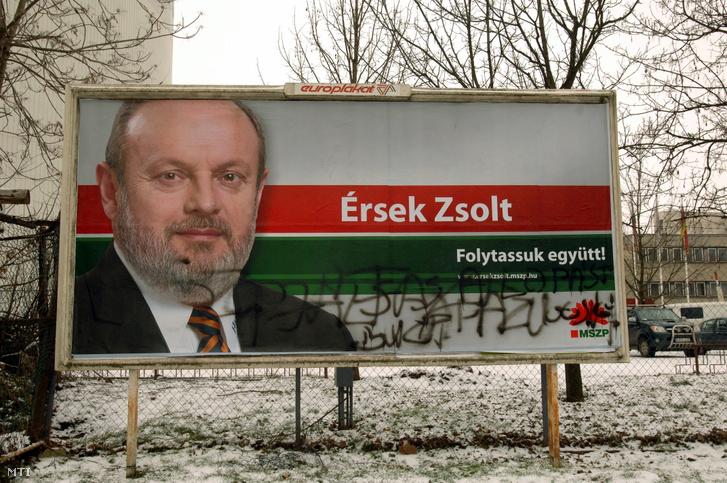 Érsek Zsolt MSZP-s képviselõjelölt összefirkált választási óriásplakátja Hatvanban a Radnóti téren. 2010. január 20.