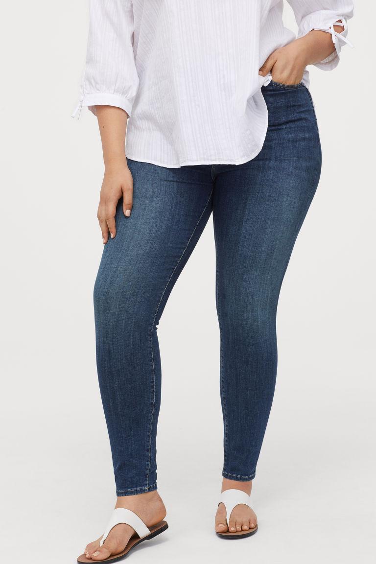 A H&M magas derekú, testhez álló nadrágját direkt úgy tervezték, hogy formálja az alakot. Kerek popsit és karcsú derekat varázsol, ráadásul elfedi a hasat is. 12 995 forintért veheted meg.