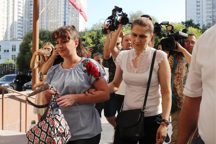 Aurelia, a három lány édesanyja a moszkvai bíróság épülete előtt 2018. július 27-én