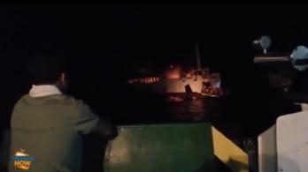 Kigyulladt egy komphajó a Fülöp-szigeteken, legalább két utas meghalt
