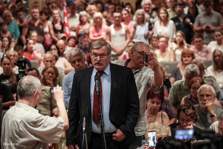 Hadházy Sándor beszél a lakossági fórumon