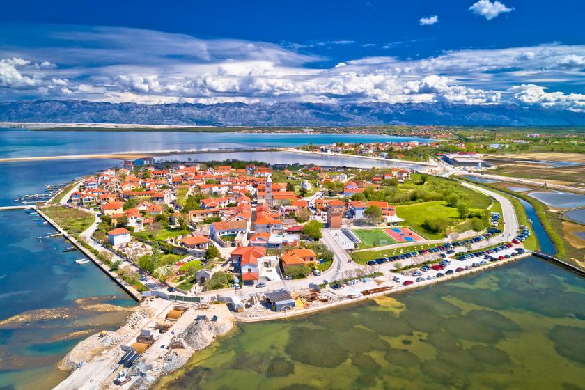 Nin városa Zadartól északra, az Adriai-tenger egy kis öblében található, fekvése festői.