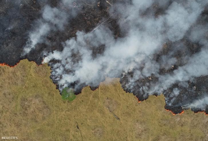 Légi felvétel a felszálló füstről Brazília Porto Velhóban található pusztuló erdős területéről