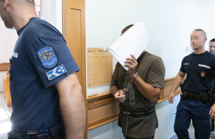 A kettős emberöléssel gyanúsított férfit kísérik a letartóztatásáról döntő tárgyalásra a Nyíregyházi Törvényszék folyosóján Nyíregyházán 2019. augusztus 28-án