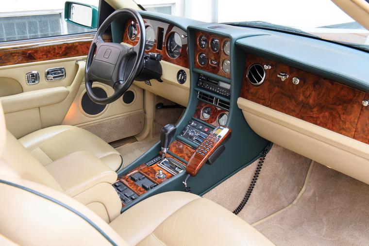 Oké, a sok savazós digitália után jöjjön végre  valami igazán szép: a legvagányabb Rolls-Royce-műszerfal egy Bentley-ben volt - úgy hívták, Continental R és a kitüremkedő középső óracsoport-doboz emelte ki a kissé egyhangúan deszkaszerű többi Rolls sorából