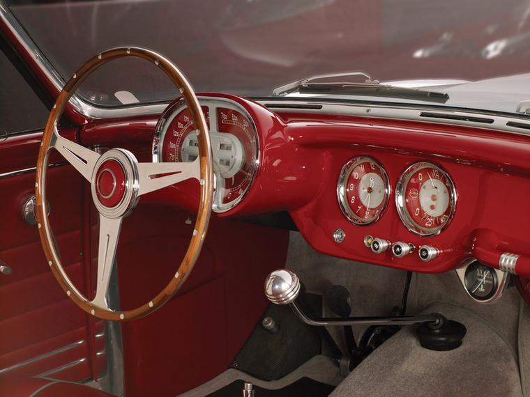 Eséllyel a világ legszebb műszerfalát látjuk 1953-ból, szemberforgó mutatókkal a sebességmérőnél és a fordulatszámmérőnél - az alig ismert, pedig zseniális Boano stúdió alkotása amúgy