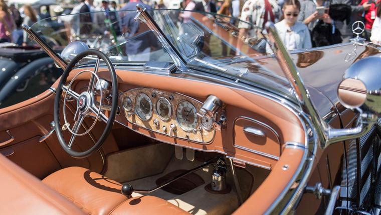 A Mercedes talán legdrágább autója evör: 540 SSK 1937-ből, ennek megfelelően gyöngyházberakásos a műszerfal is, hogy az unalmas autobahn-kilométerek százainak hosszán legyen miben gyönyörködni.