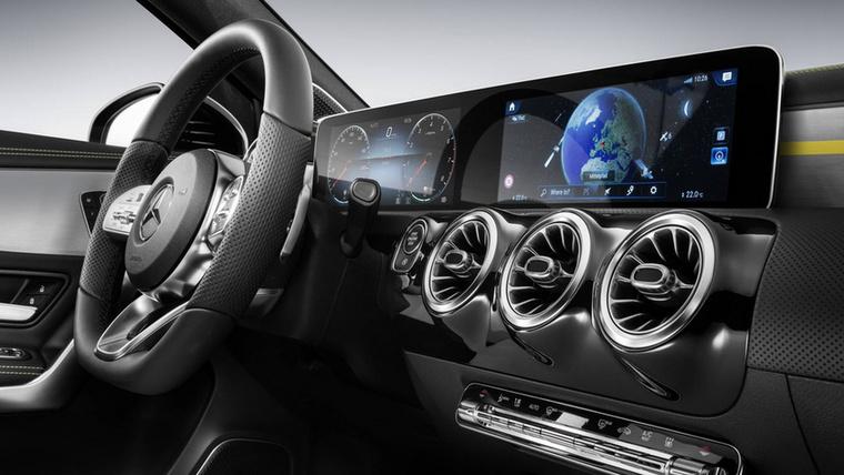 Egy világ állt meg csodálkozni, amikor a Mercedes bemutatta az E osztály két nagy LCD-s műszerfaltömbjét, aztán ugyanaz a világ ki is fordult a sarkaiból, amikor megjelent az új A osztály, hasonló kijelzőkkel, de további elképesztő elemekkel a műszerfalán - például ezekkel a gyönyörű és végre már nem recsegős szellőzőrostélyokkal