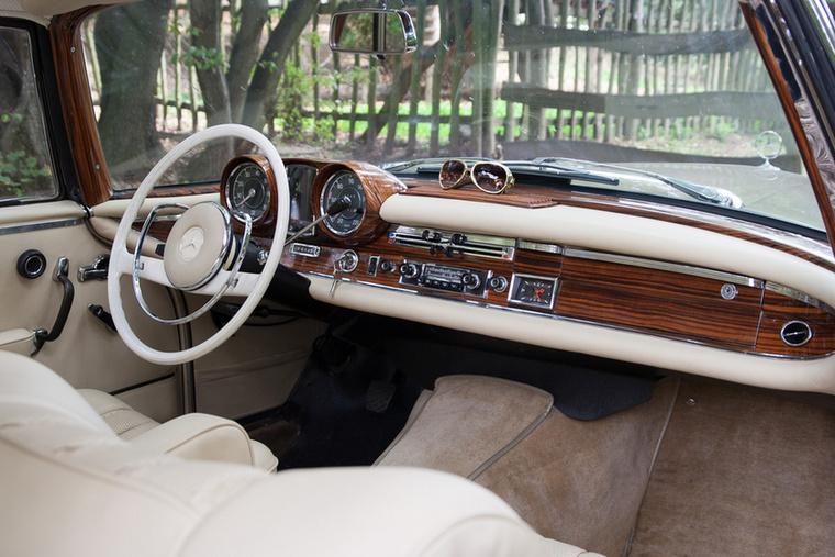 A hatvanas évek talán legszebb és legelegánsabb műszerfalának címe egy Mercedes-Benzé