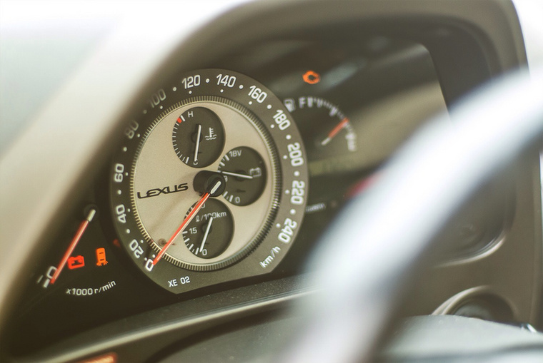 Minden idők legcsinosabb műszeregysége a drága stopperórákra hajazó Lexus IS200-asé