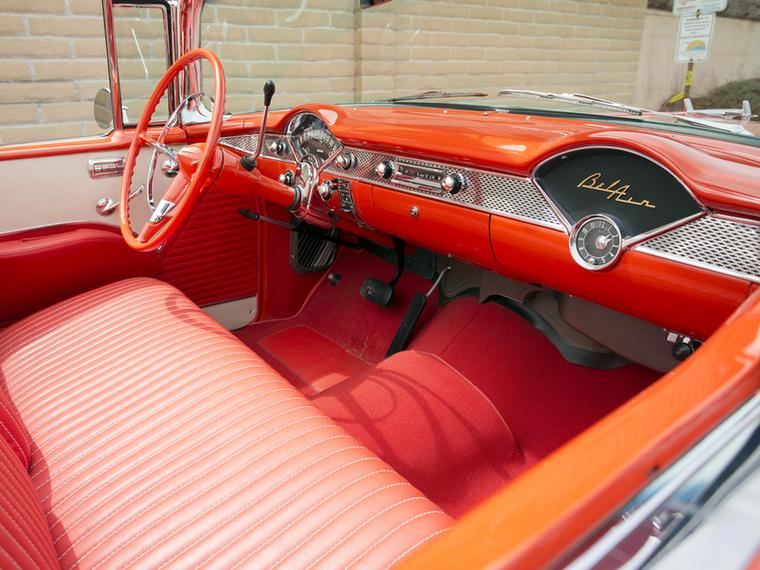 Csak hogy az amerikaiak mindenen eluralkodó, egyszínű koncepcióját igazolgassuk, álljon itt egy évvel későbbről, 1958-ból egy Chevrolet Bel Air pirosas-narancssárga utastere