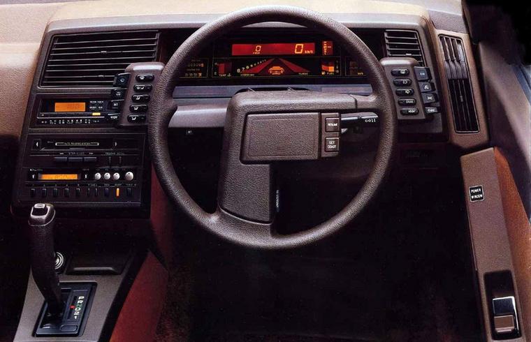 Subaruéknál is fura bogyókat osztogattak ebédhez a tervezőosztályon - a korstílus-barna színű mindentmutat-műszerfal egy 1984-es XT-é